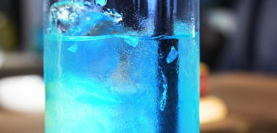 食品業界で使用が広がるスピルリナの幻想的な青色